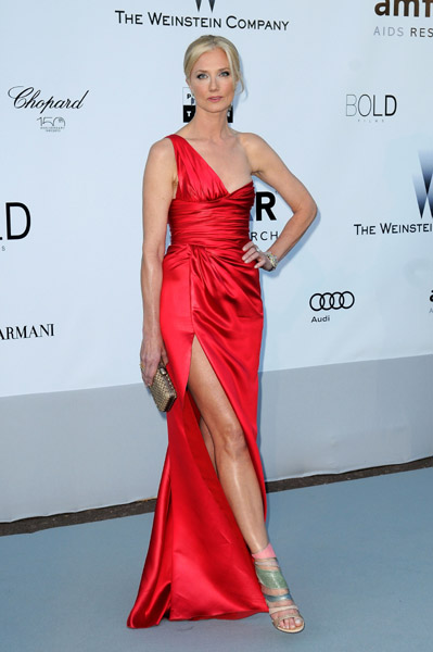 The red, that leg, those pastel sandals — Joely Richardson's best look yet!