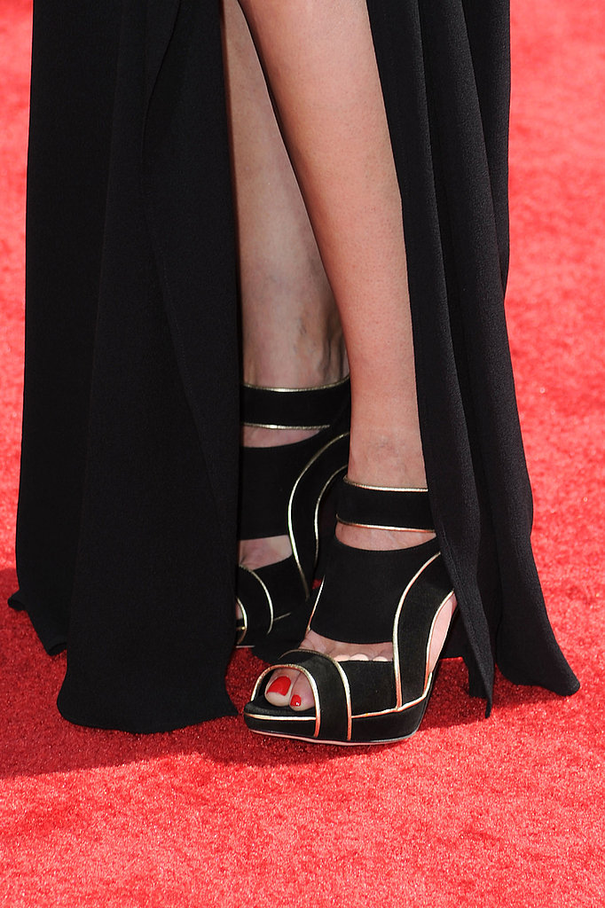 And did you notice her magnifique piped sandals? Love.