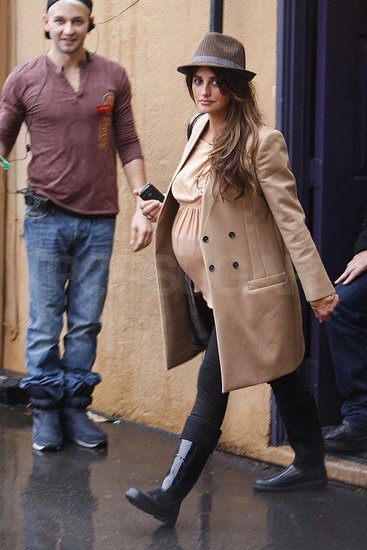 Pictures of Pregnant Penelope Cruz Shopping in LA 2010-12-22 16:42:04