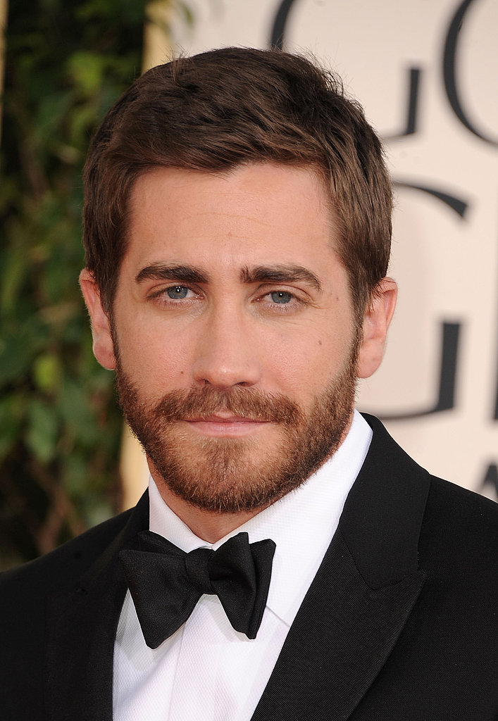 Jake Gyllenhaal Heats Up the Golden Globes Carpet