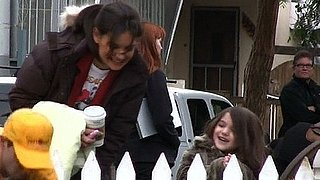 Video of Suri Cruise and Katie Holmes Watching Animals on the Set of Jack and Jill 2011-01-12 09:51:24
