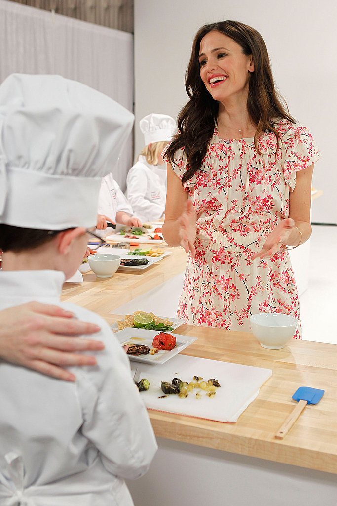 Jennifer Garner Talks Valentine's Day Plans With Ben, Sera, and Violet and Cooks For a Cause
