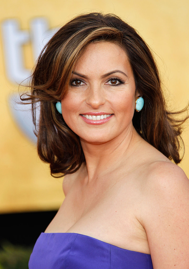 Mariska Hargitay's turquoise earrings were a Fab contrast against her purple dress.