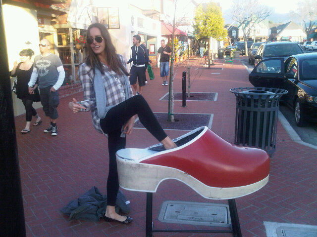 Louise Roe visits a giant clog! Twitpic User: louiseroe