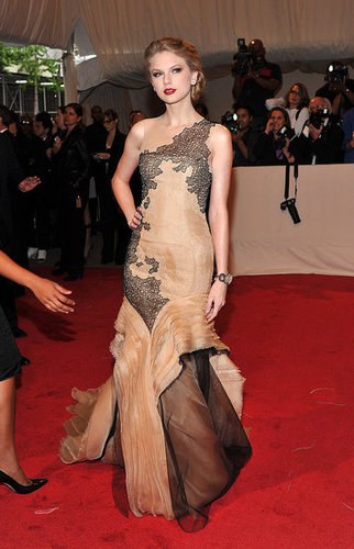 Pictures of Taylor Swift and Met Gala 2011-05-02 16:27:40