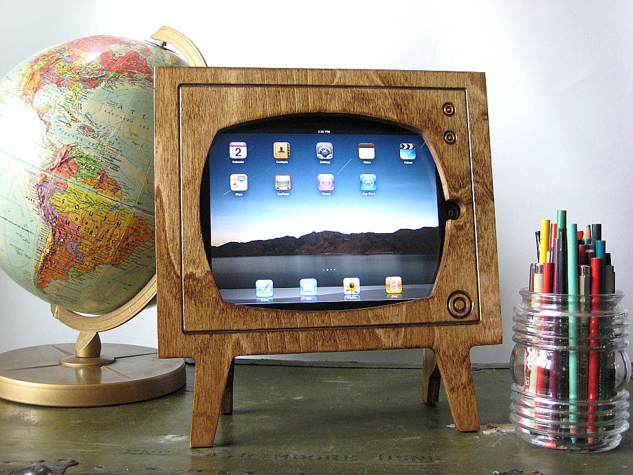 iWant: The Wooden Retro TV iPad Dock
