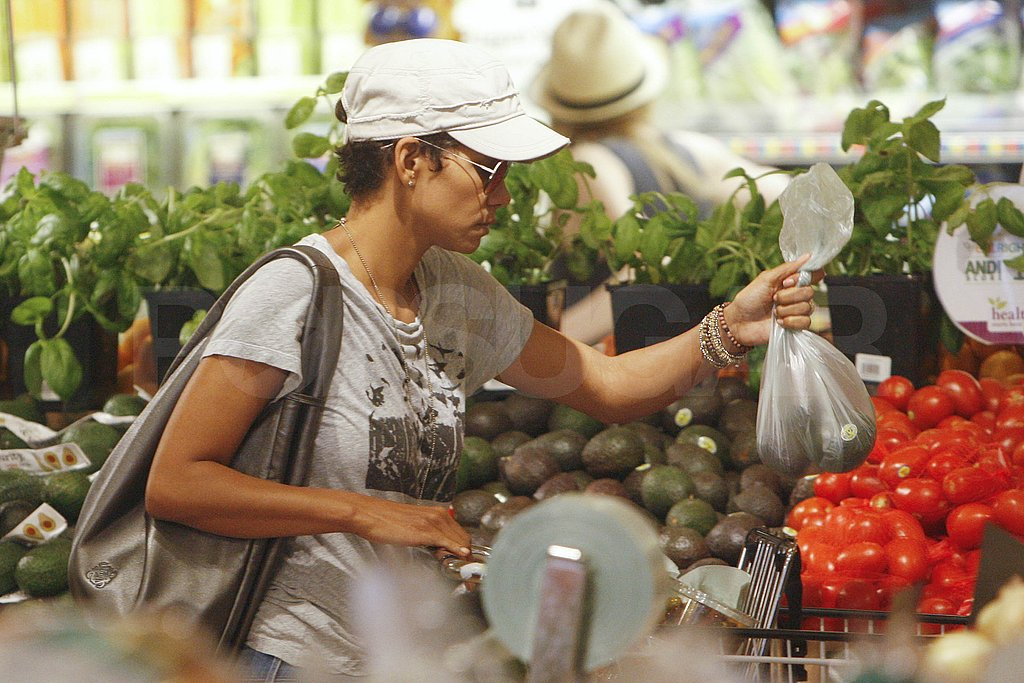 Halle Berry stopped to pick up fresh fruit.