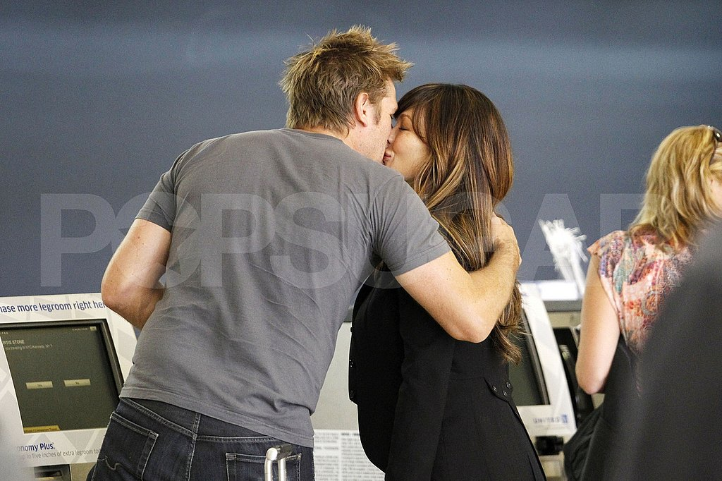 Pregnant Lindsay Price kissing Curtis Stone.