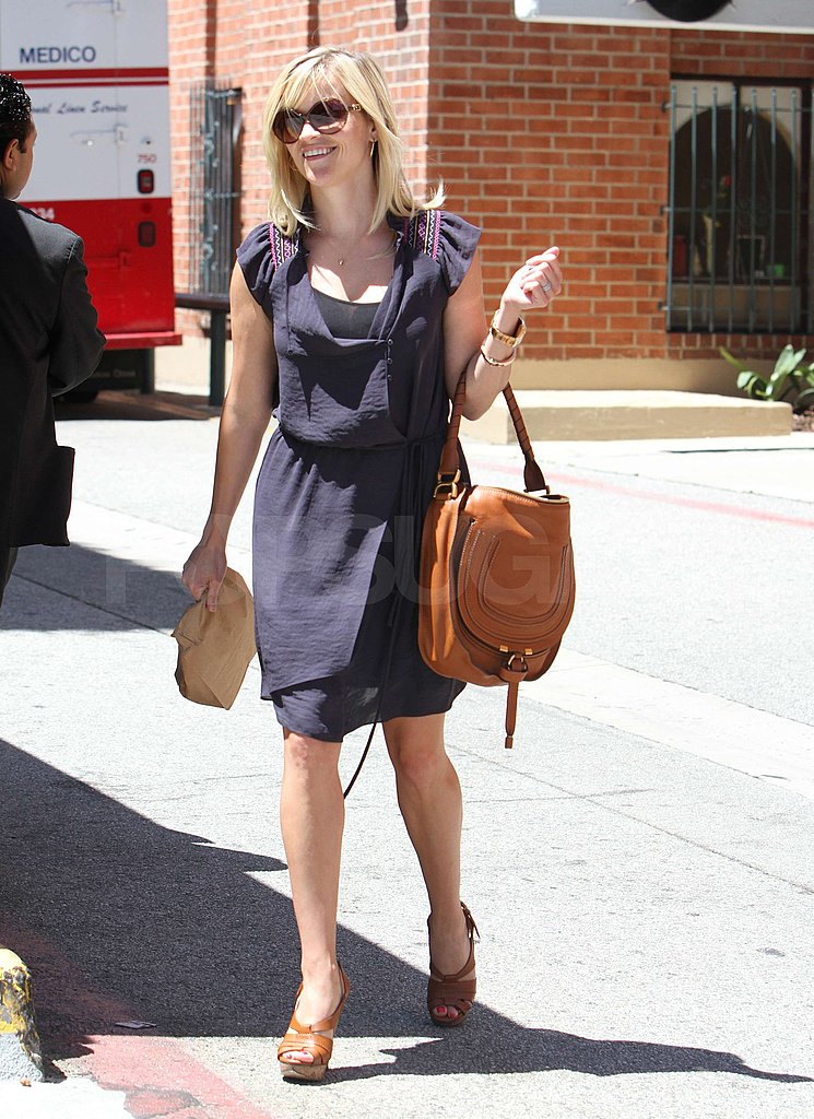 Reese Witherspoon carried a brown bag.