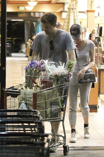 Diane Kruger and Joshua Jackson buy groceries.