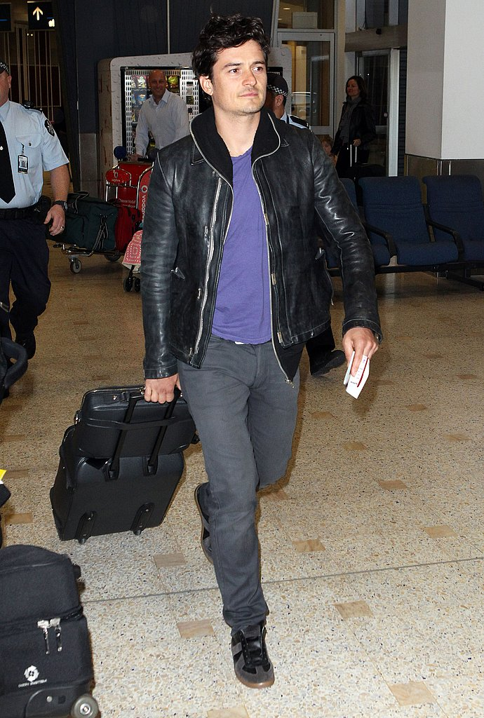Orlando Bloom pulled his luggage.