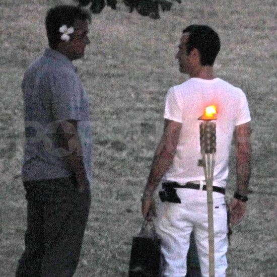Justin Theroux chats with a friend.