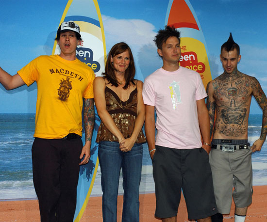 Jennifer Garner was surrounded by the guys of Blink-182, Tom DeLonge, Mark Hoppus, and Travis Barker, backstage in 2004.