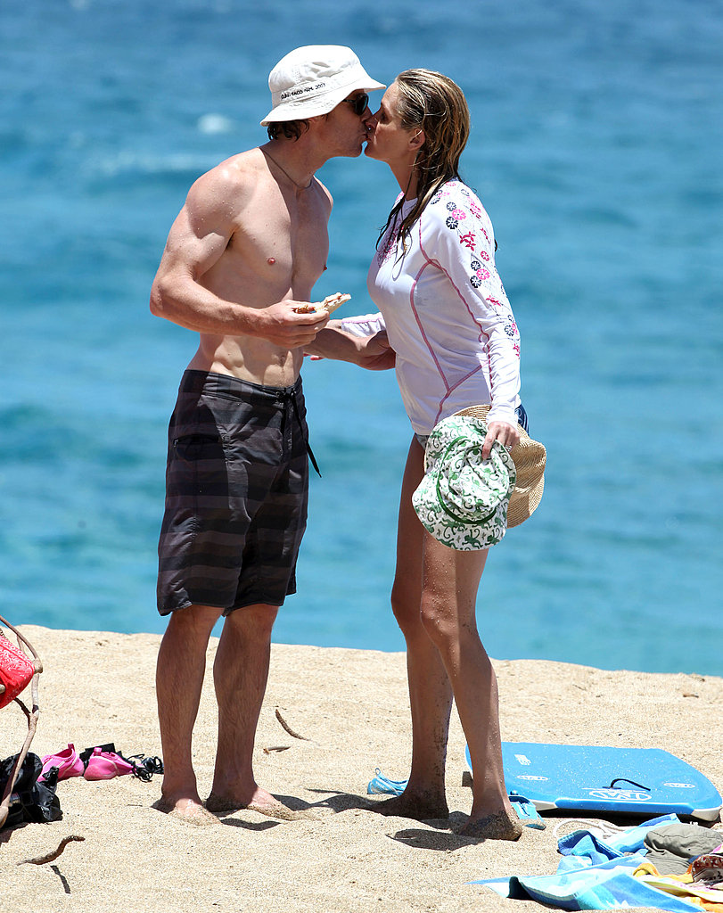 Julia Roberts and Danny Moder kiss.