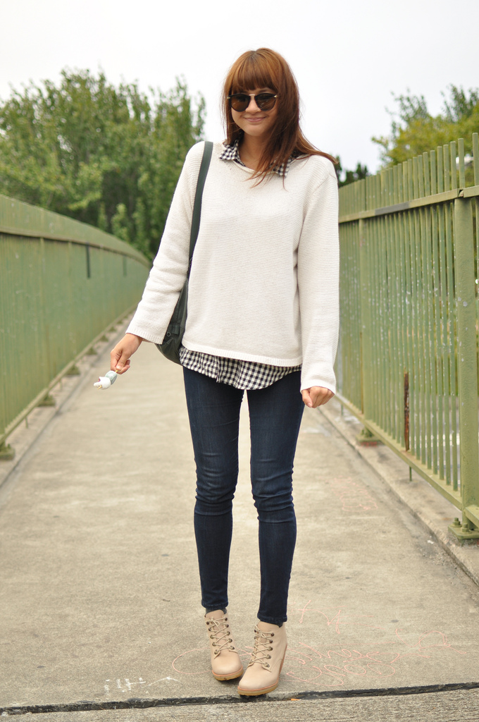 Dark denim skinnies accompanied with a neutral sweater and cool booties. Photo courtesy of Blushing Ambition