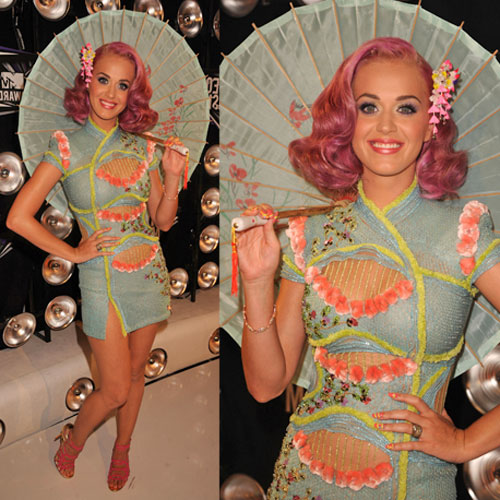 Pictures of Katy Perry in Versace Dress and Parasol at the 2011 MTV VMAs