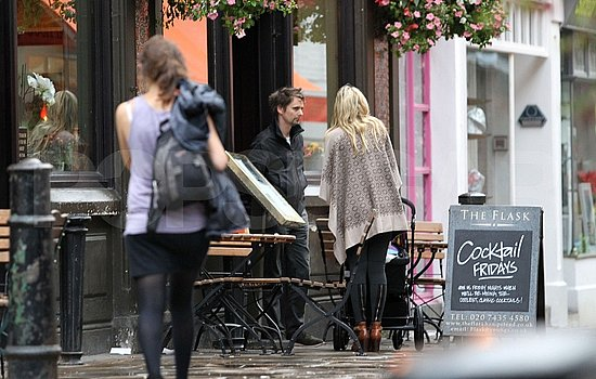 Kate Hudson and Matt Bellamy bring their son to a pub.