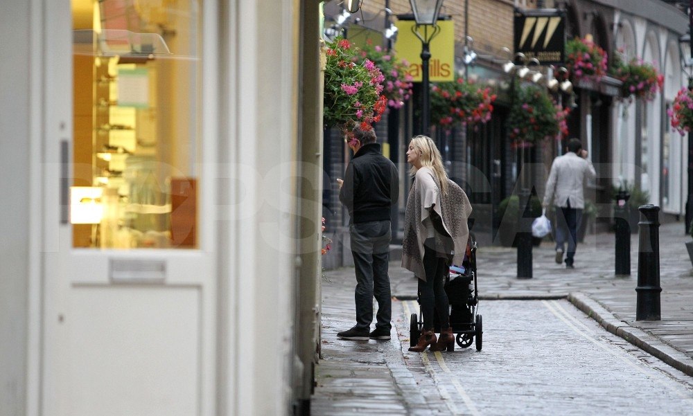 Kate Hudson and Matt Bellamy check out a shop.