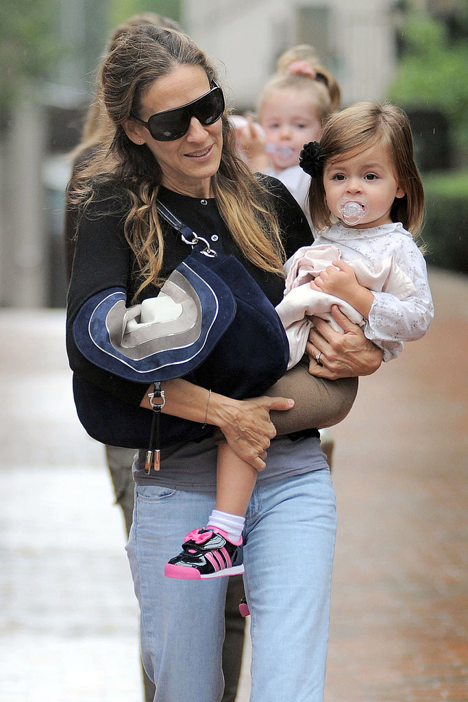 SJP takes her daughters out in the rain.
