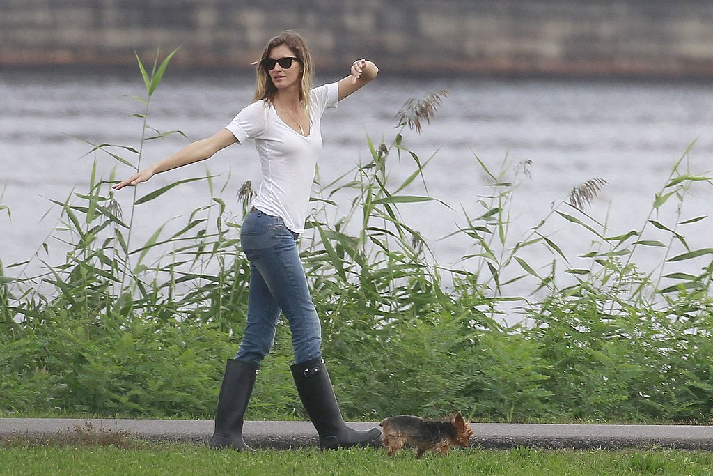 Gisele stretched out her long limbs on their walk.