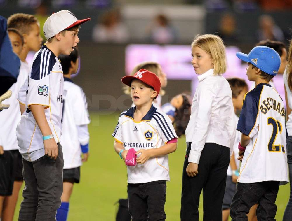 Brooklyn Beckham, Cruz Beckham, and Romeo Beckham hung out wiht a group of kids at the game.