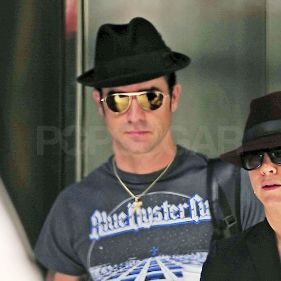 Justin Theroux wore a gray t-shirt.