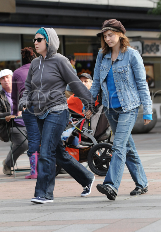 Amanda Knox and a friend go shopping.
