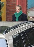 Julia Roberts wears a green scarf.