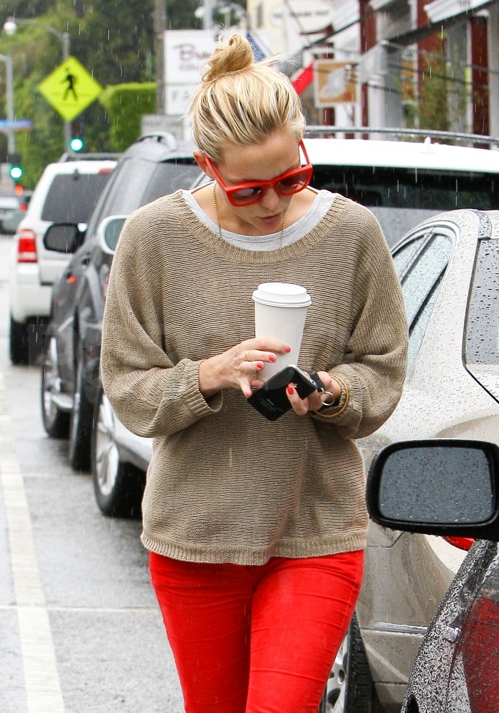 Kate Hudson braved the LA rain.