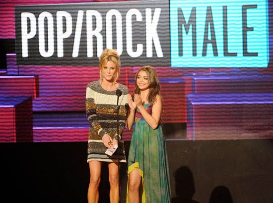 Modern Family stars Julie Bowen and Sarah Hyland presented an award together.