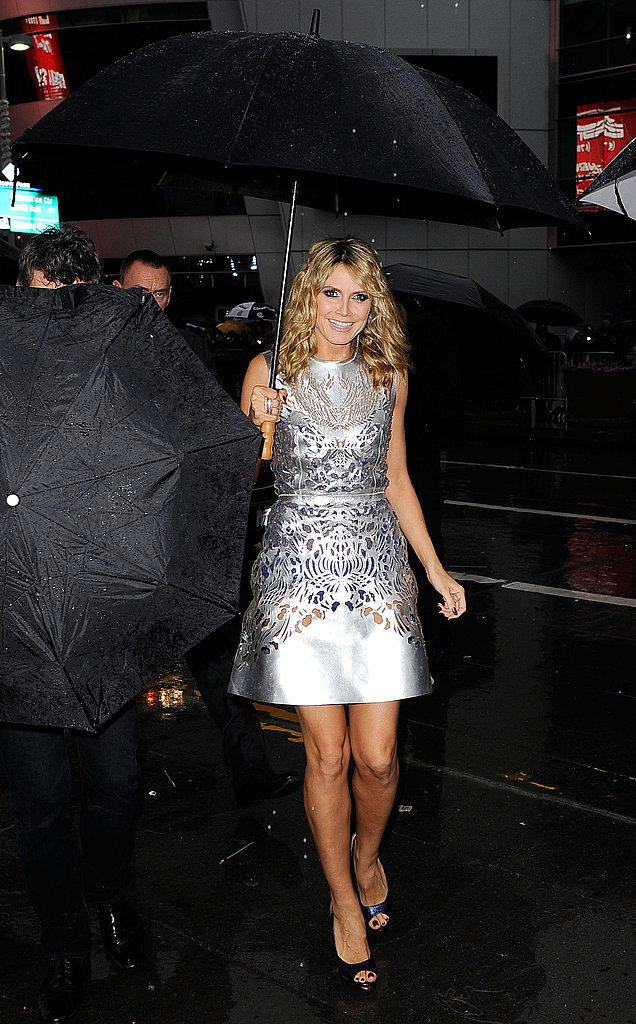 Heidi Klum had help with an umbrella at the American Music Awards.