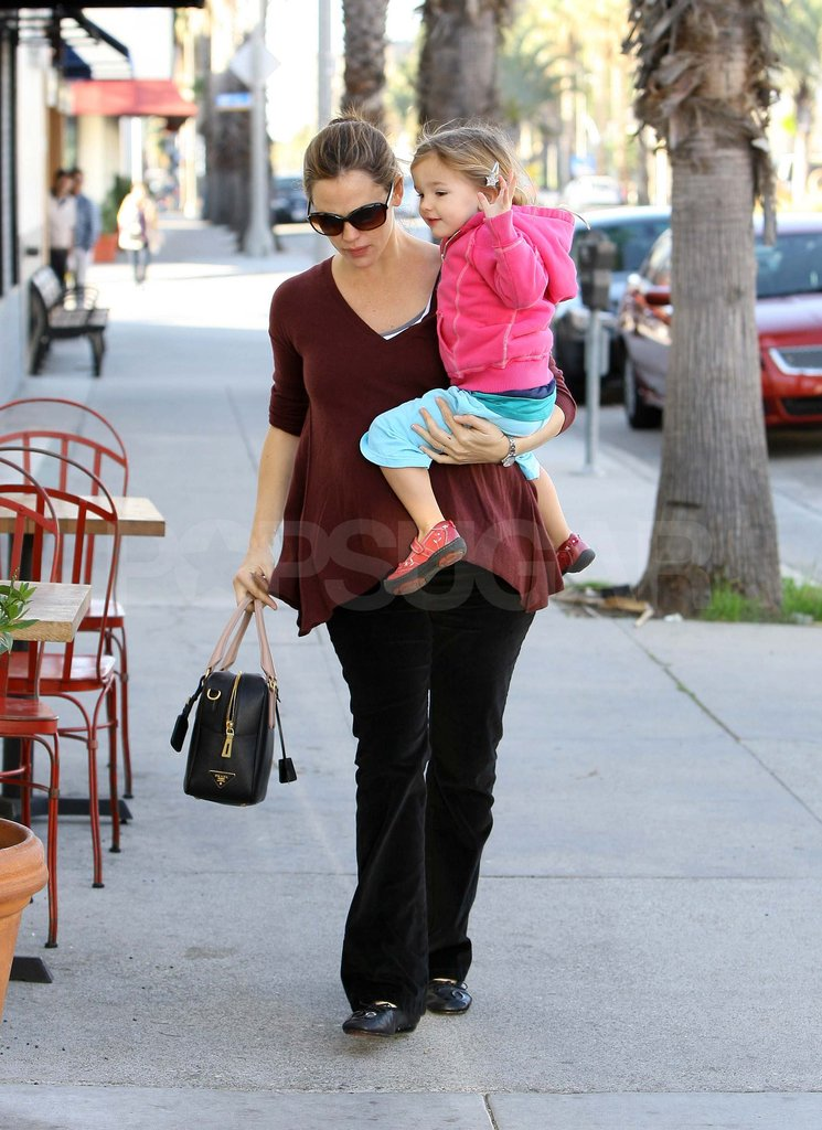 Jennifer Garner Grabs a Few Family Members For Breakfast