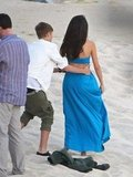 Selena Gomez and Justin Bieber played on the beach.