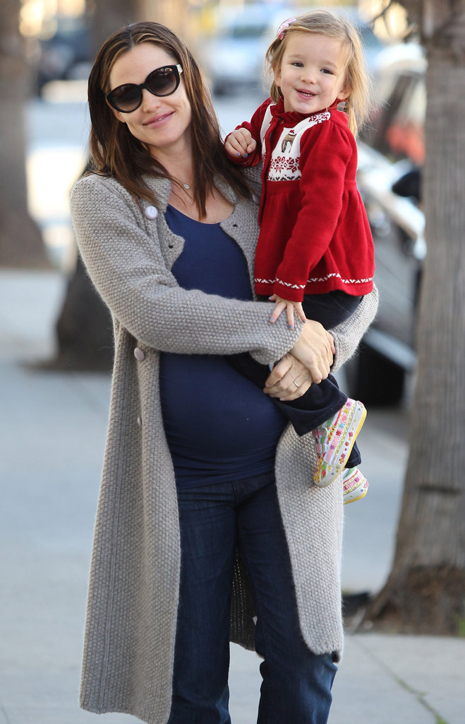 Jennifer Garner Takes Her Two Little Holiday Elves Around LA
