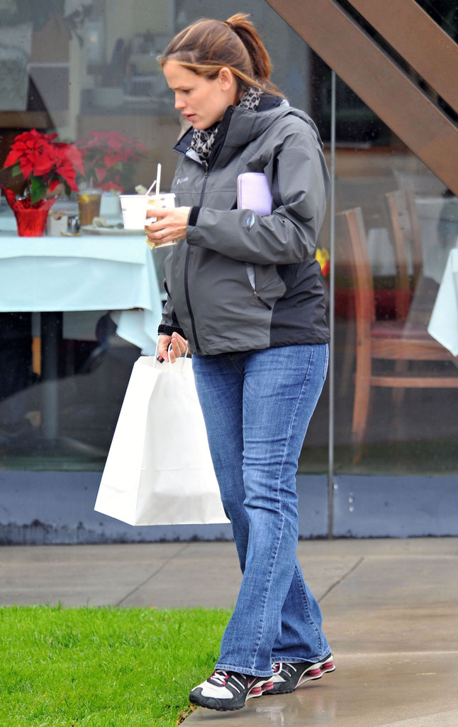 Pregnant Jennifer Garner hung out in LA.