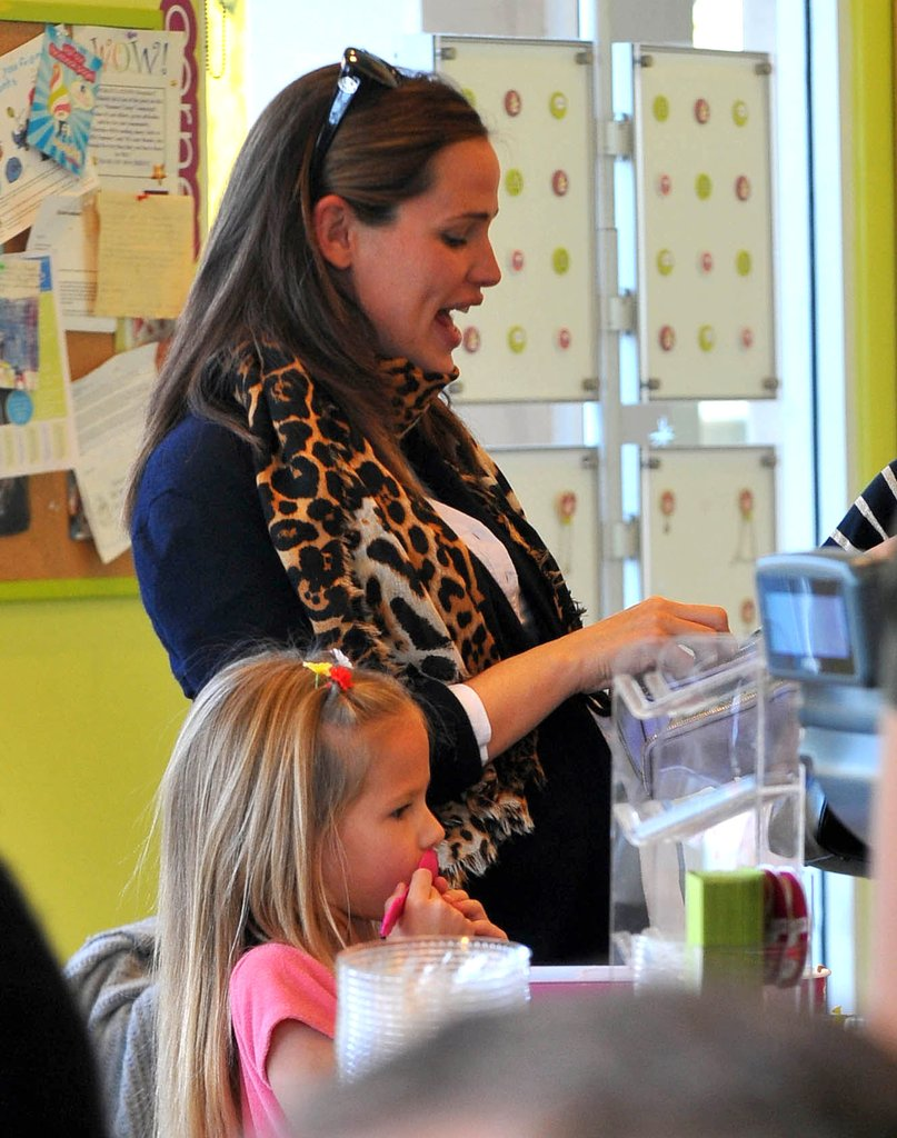 Jennifer Garner ordered frozen yogurt for herself and for Violet.