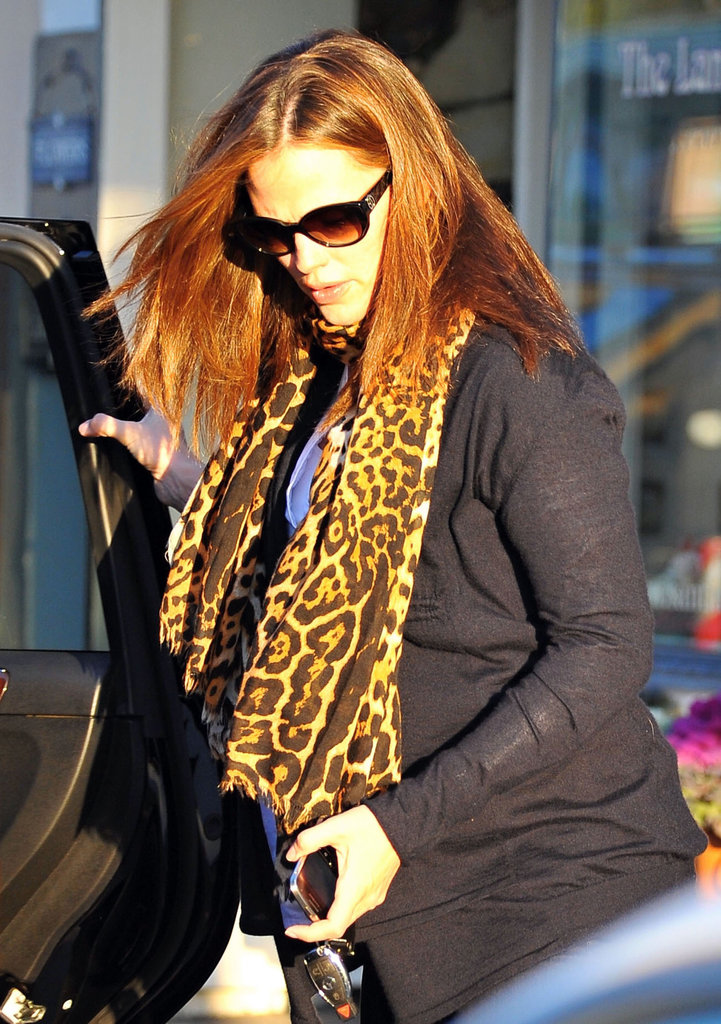 Jennifer Garner helped Violet get into the car.