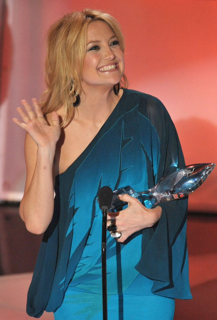 Kate Hudson accepted the award for favorite leading lady in 2009.