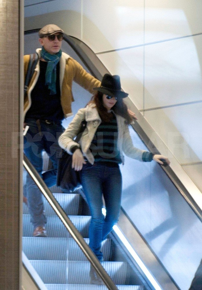 Rachel Weisz and Daniel Craig walked out of the Paris airport.