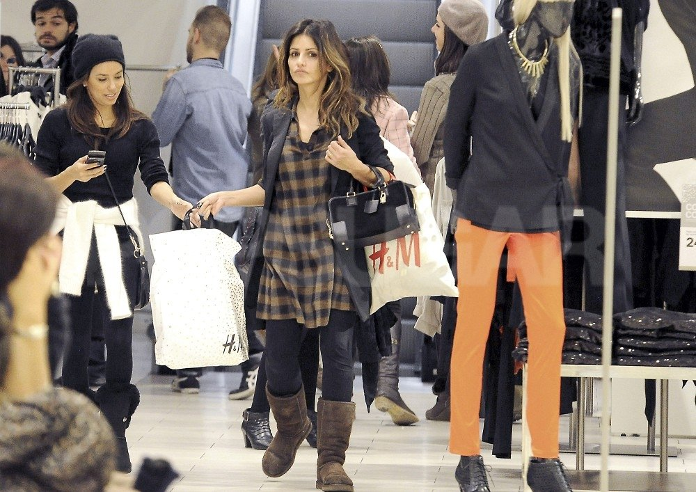 Monica Cruz wore Ugg boots on their shopping trip.