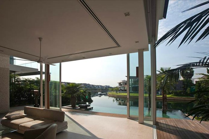 What a gorgeous example of the advantages of indoor-outdoor living spaces. Can you believe that view? This home, located in Singapore, was designed by Wallflower.