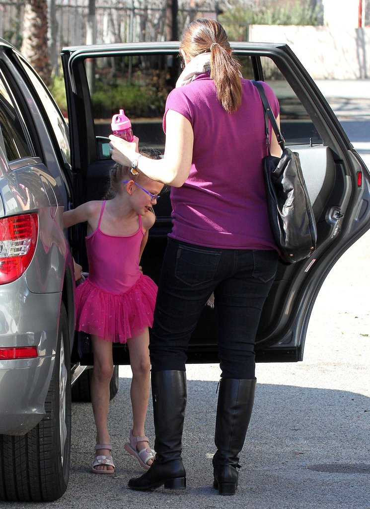 Jennifer Garner helped Violet Affleck out of the car.