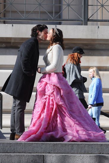 Penn Badgley as Dan Humphrey and Leighton Meester as Blair Waldorf on Gossip Girl.