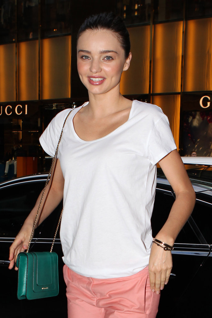 Miranda Kerr's emerald Bulgari chain-strap bag went perfectly with her coral pants. Get her look here.