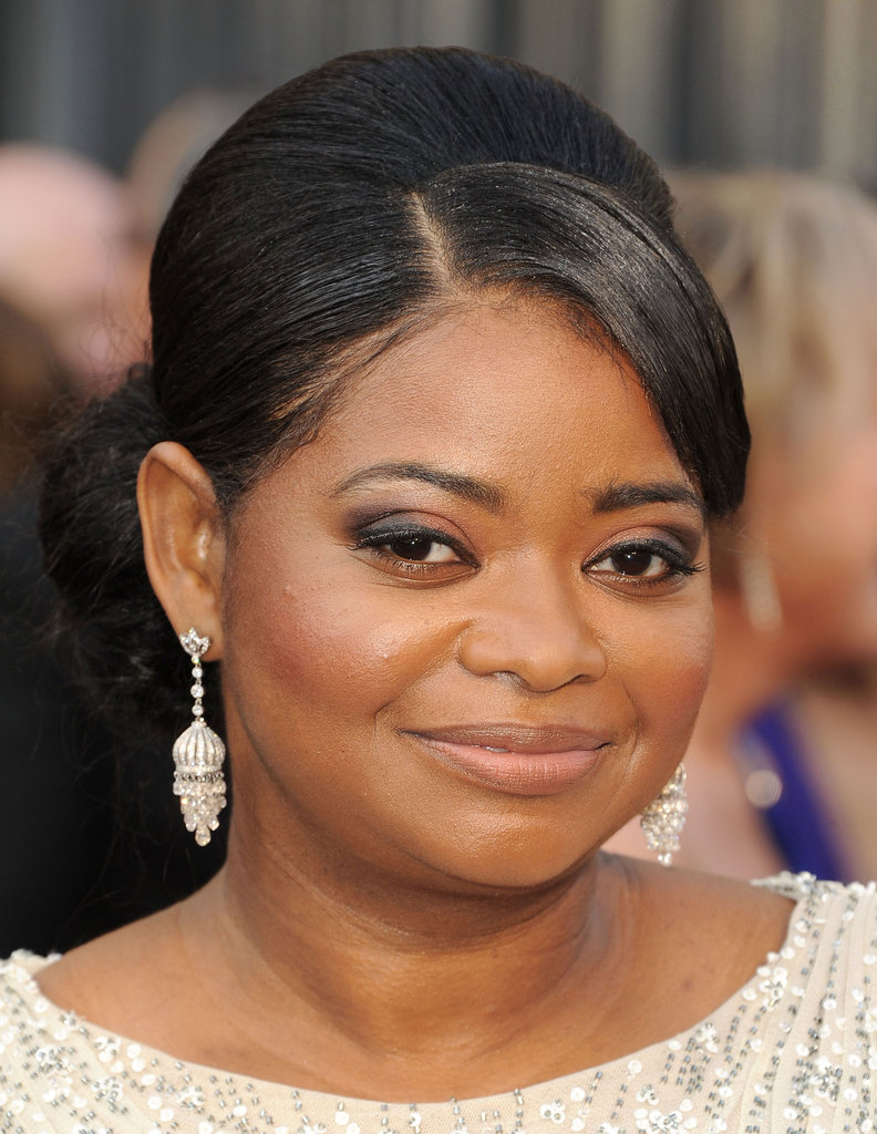 Octavia Spencer paired a set of gorgeous drop earrings with her Tadashi Shoji gown.