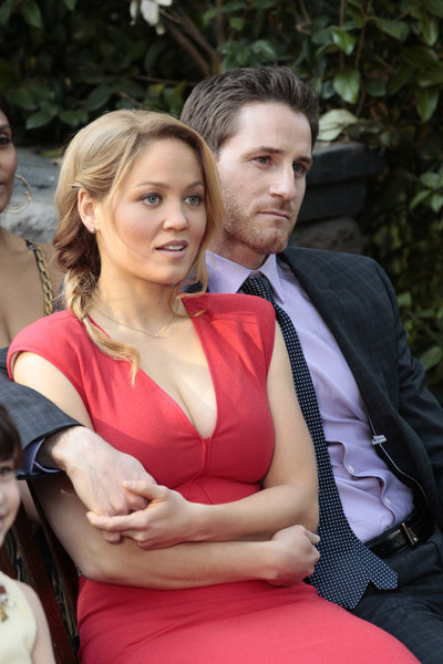 Erika Christensen as Julia and Sam Jaeger as Joel on Parenthood.