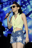 Rapper Kreayshawn didn't shy away from the '90s style either. Her cropped and tied shirt paired with ripped up denim shorts were retro with a side of edginess.