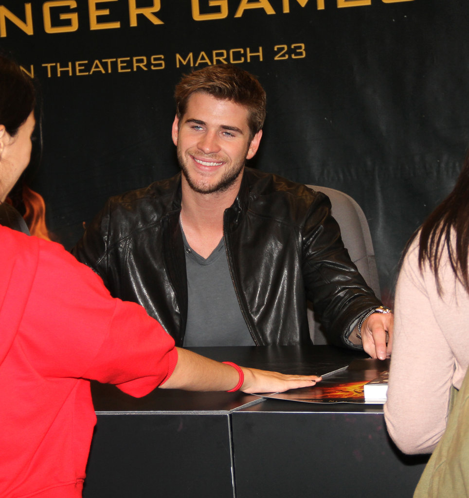 Liam Hemsworth smiled at some young admirers.