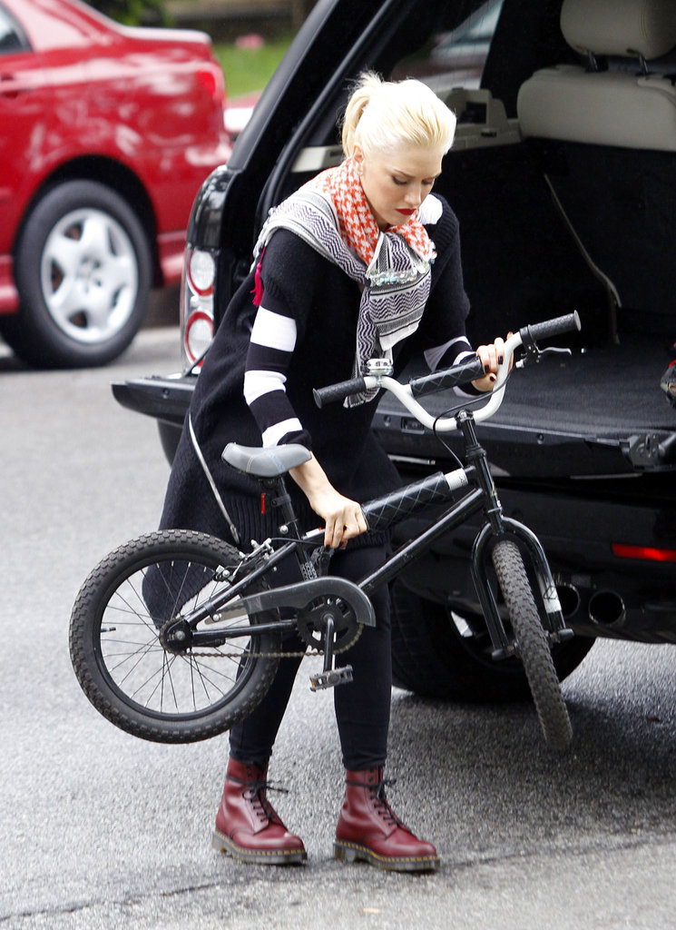 Gwen Stefani took her sons bikes out of the back of her car at an LA playground.