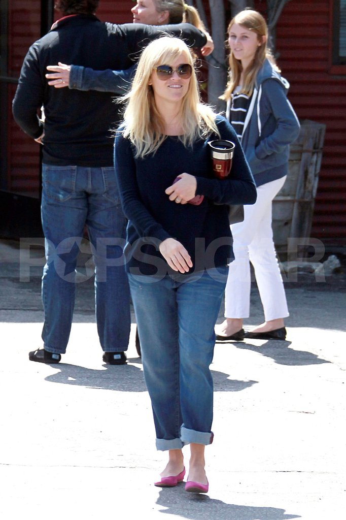 Pregnant Reese Witherspoon left church and walked to her car.